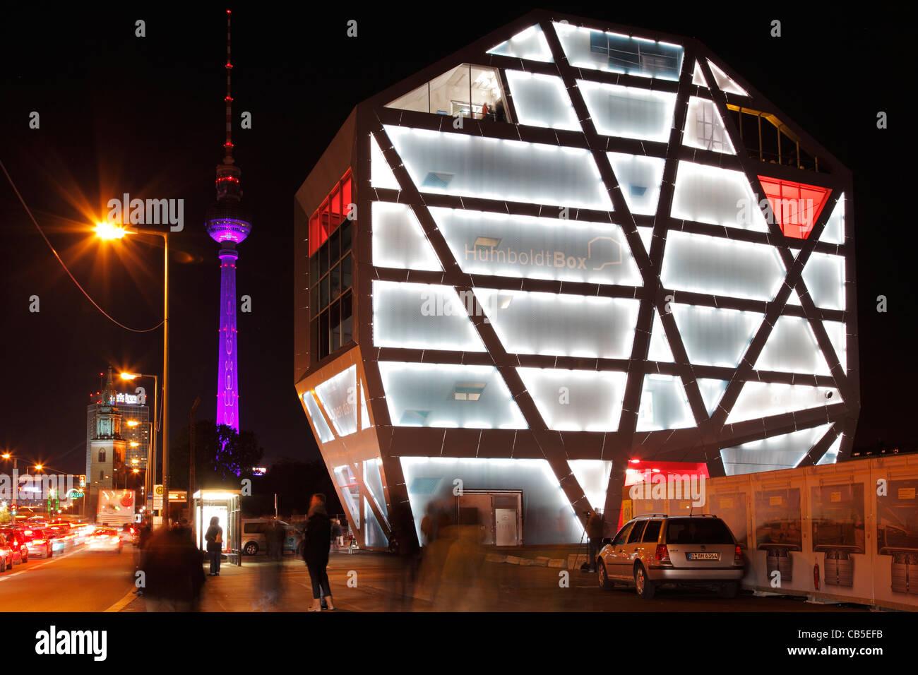 Caixa de Humboldt e torre de televisão em Berlim durante o festival das luzes de 2011 Imagens de Stock
