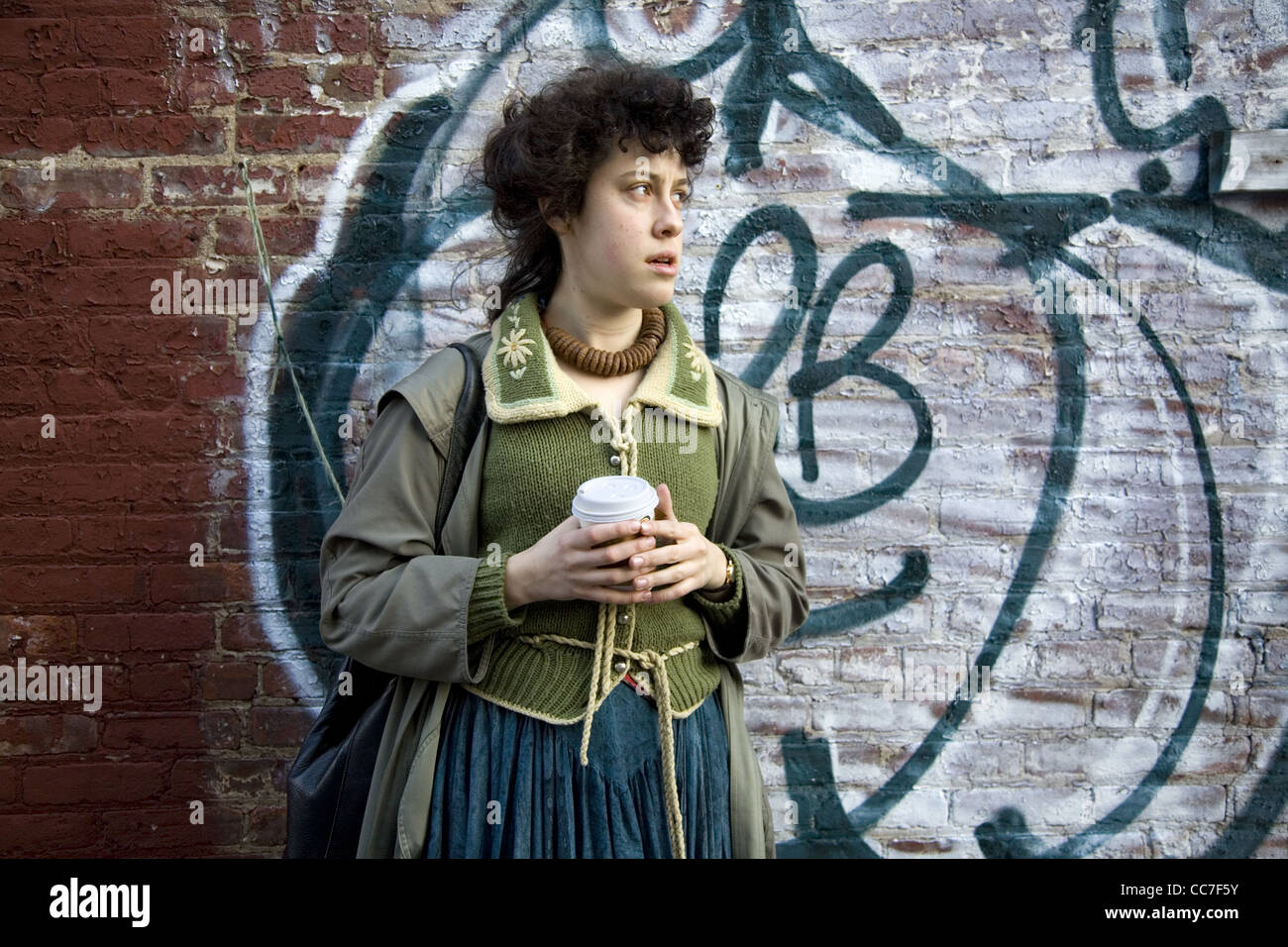 Mulher jovem com uma chávena de café, Brooklyn, Nova York. Imagens de Stock