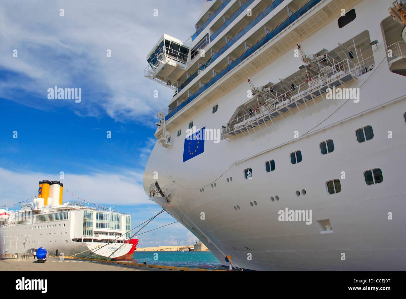 https://c8.alamy.com/comppt/ccej0t/enorme-costa-concordia-cruzeiro-navio-ancorado-no-porto-de-valletta-malta-paralelamente-ao-navio-costa-marina-relativamente-pequeno-sobre-o-belo-dia-ensolarado-ccej0t.jpg