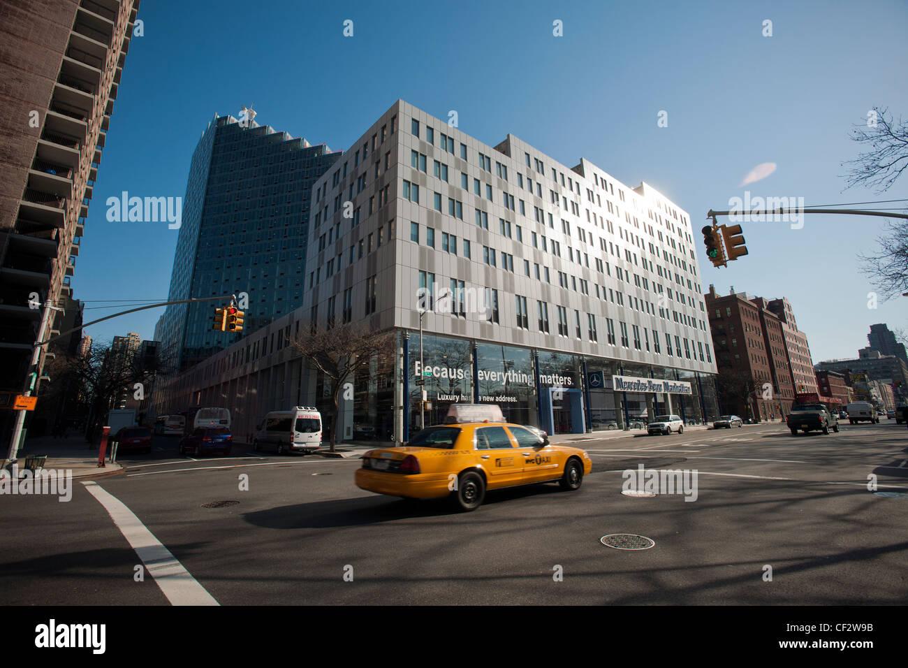 Elegant O Carro Chefe Da Mercedes Benz Manhattan Concessionário é Visto No Seu Novo  Prédio No Bairro De Hellu0027s Kitchen De Nova Iorque