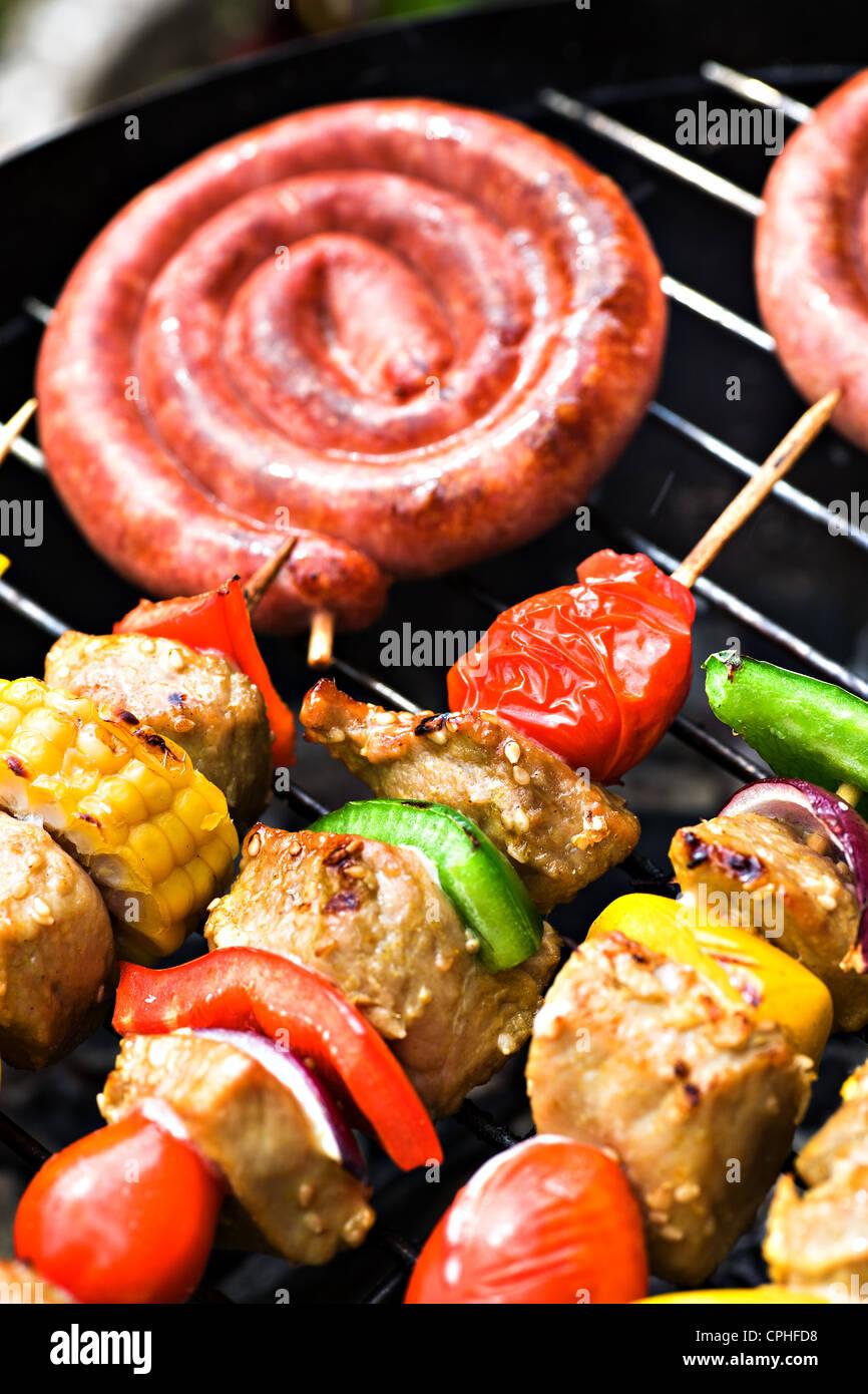 Feche o corte de salsichas no grill Imagens de Stock