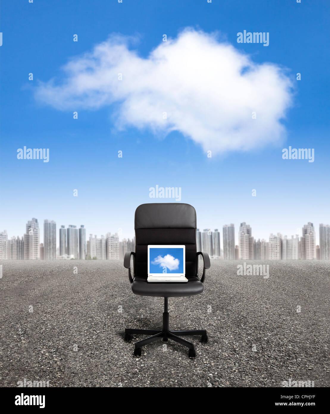 Computador na cadeira de escritório e de negócios conceito de computação em nuvem Imagens de Stock