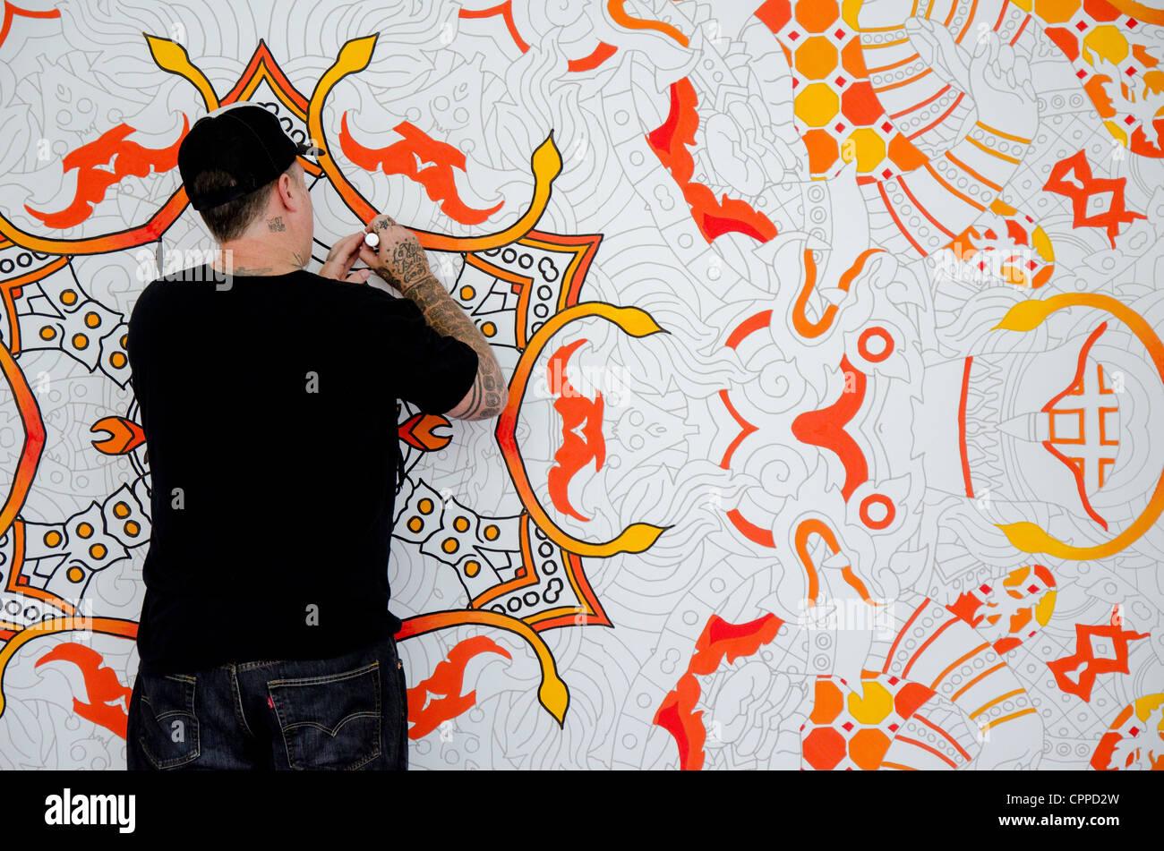 artista digital josué davis desenho em uma grande lona na offf