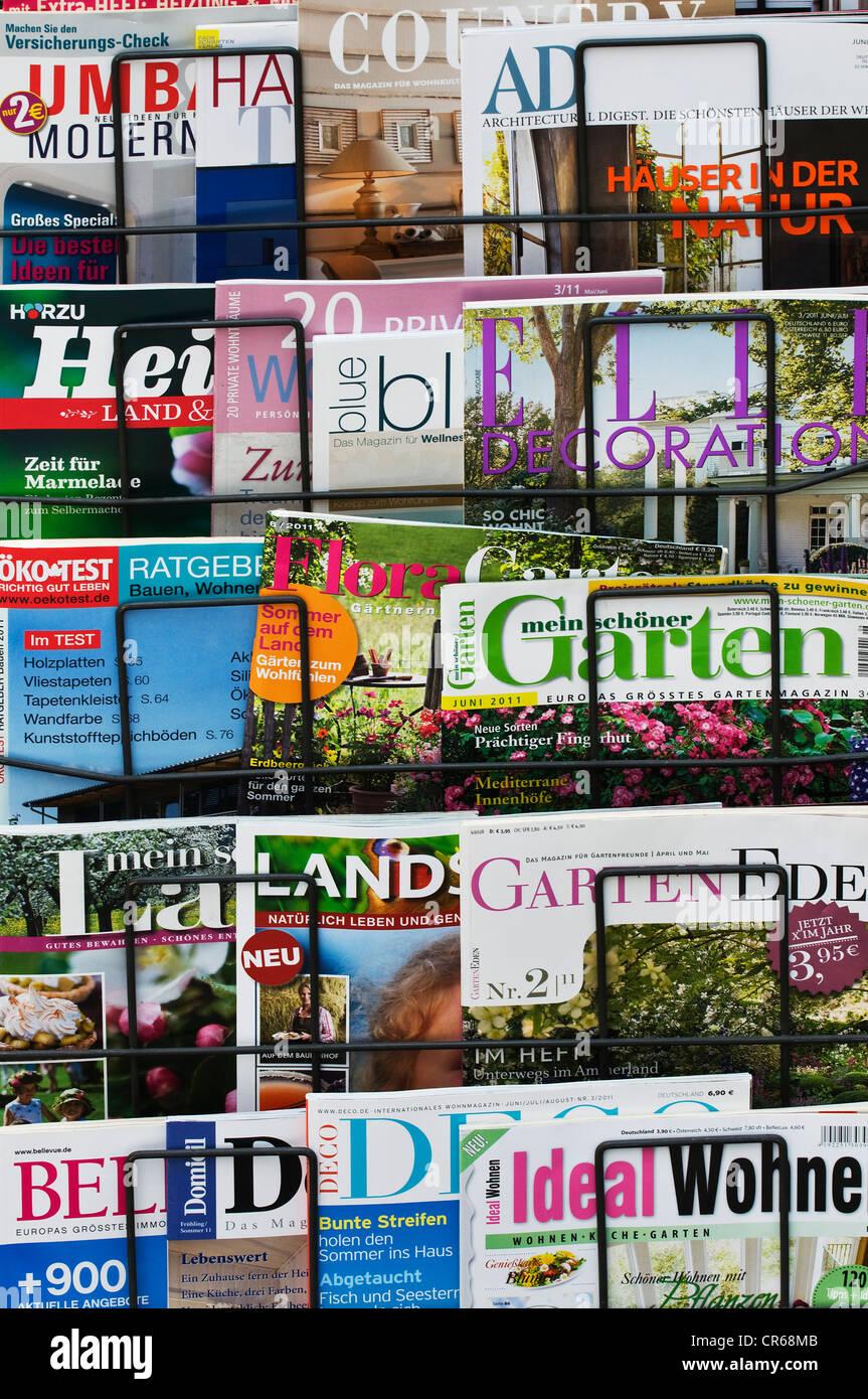Várias casa alemã, jardinagem e natureza revistas em um rack Imagens de Stock