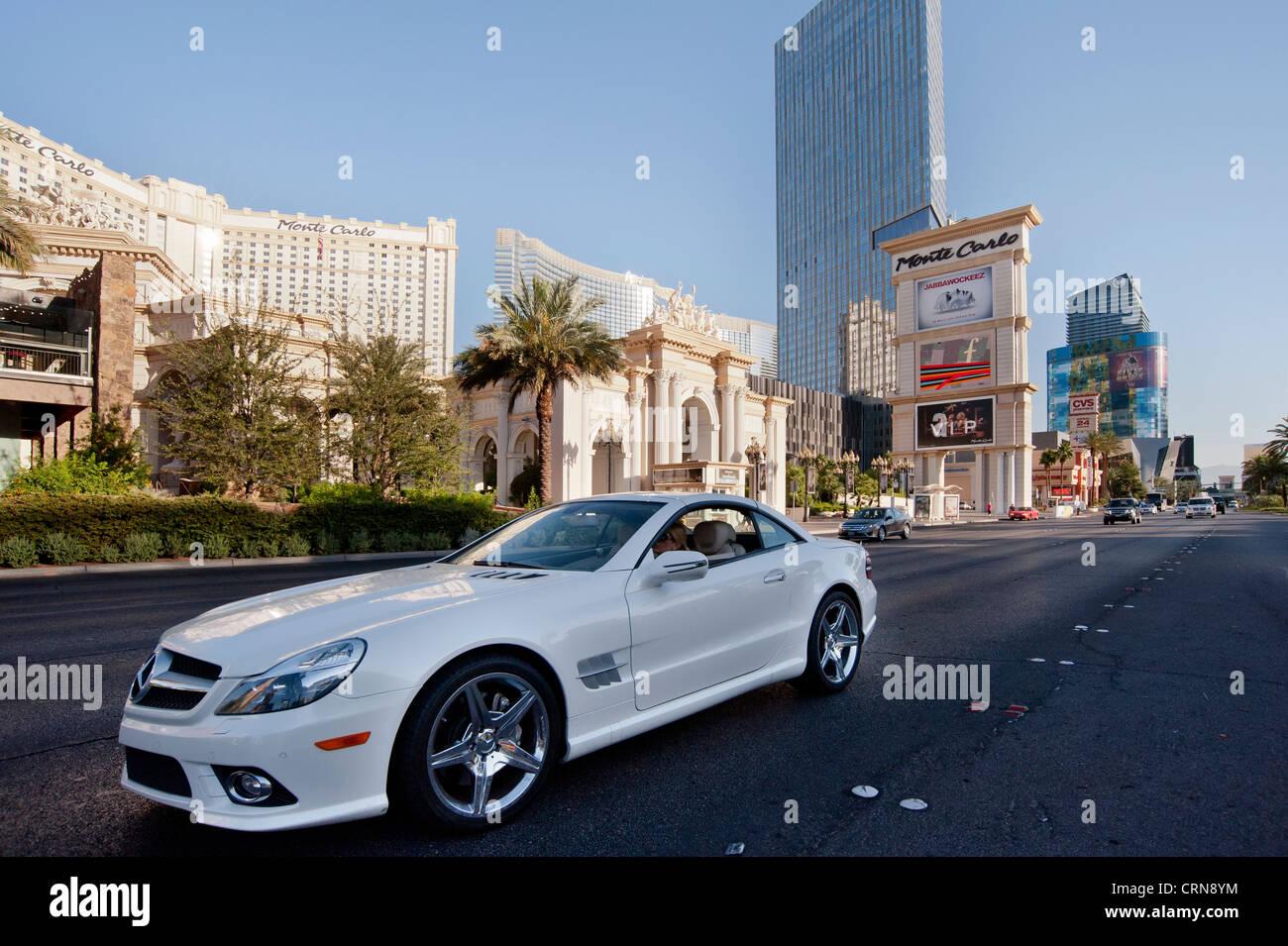 Mercedes Benz Carro Desportivo Na Frente De Monte Carlo Hotel Em Las Vegas  Boulevard, Nevada, ESTADOS UNIDOS DA AMÉRICA