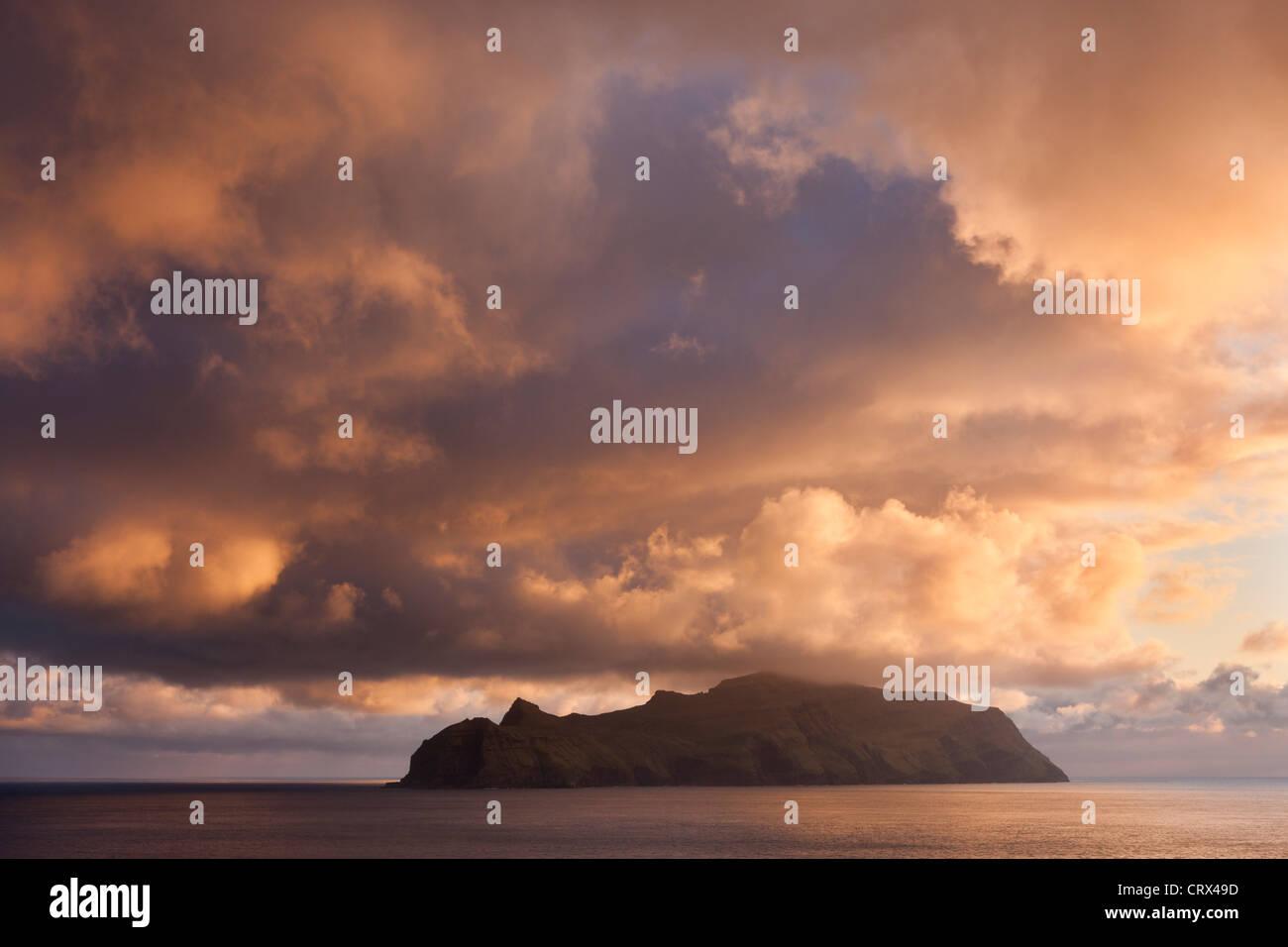 Pôr-do-sol espetacular céus acima da ilha de Mykines, Ilhas Faroé. Mola (Maio) 2012. Imagens de Stock