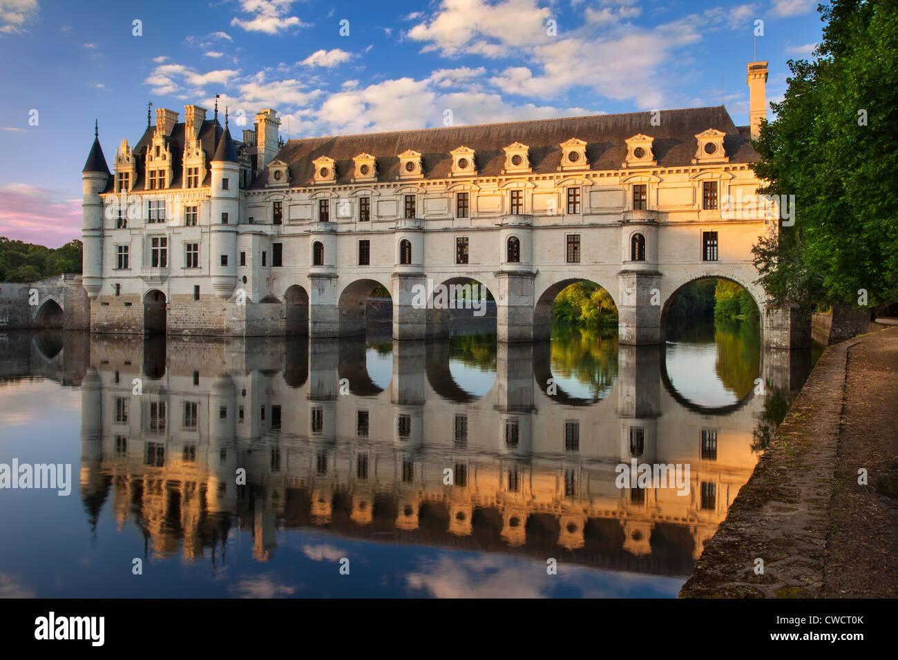 Luz solar à noite no Chateau de Chenonceau e rio Cher, Indre-et-Loire, França Imagens de Stock