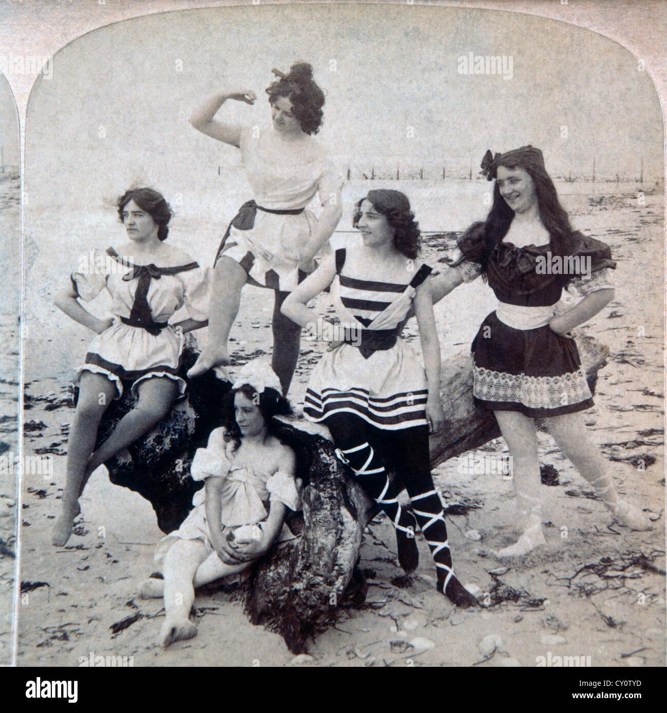 Cinco mulheres no Beach EUA, Estéreo Albume Fotografia, Circa 1897 Imagens de Stock