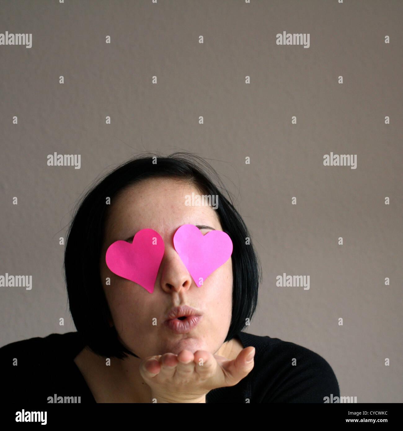 Amar,óculos rosa,soprar um beijo Imagens de Stock