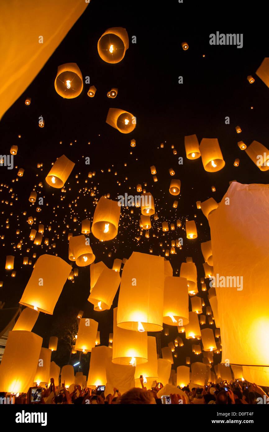 Chiang Mai, na Tailândia - Sky lanternas em Yi Peng Festival Imagens de Stock