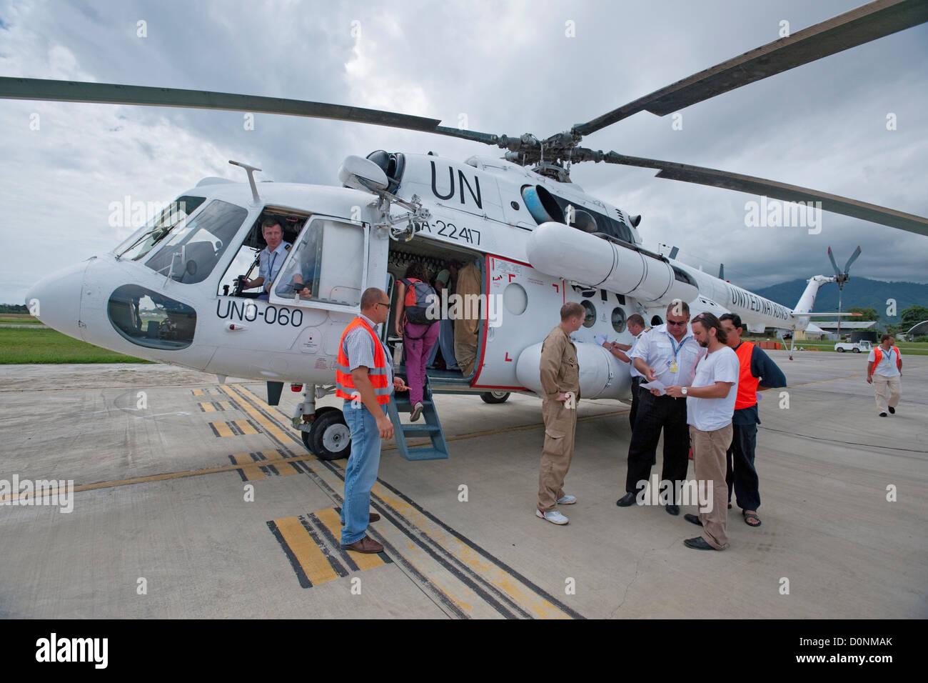 Aeroporto Dili : Um helicóptero no aeroporto perto de dili timor leste foto imagem