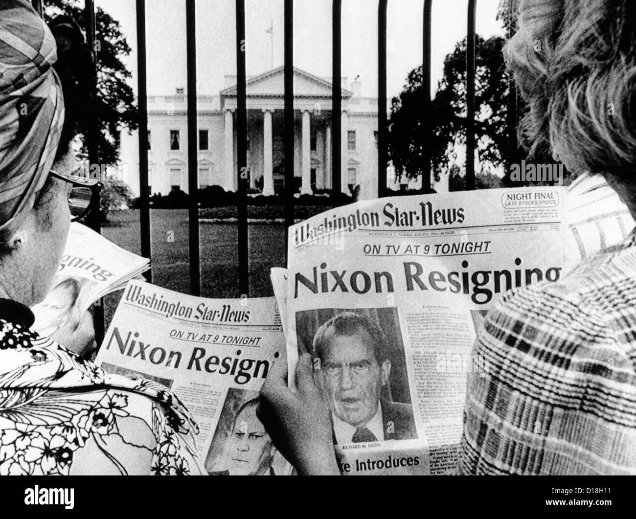 """Turistas em frente da Casa Branca leia manchetes, """"Nixon demissão."""" Ago 8, 1974. (CSU_ALPHA_642) Imagens de Stock"""
