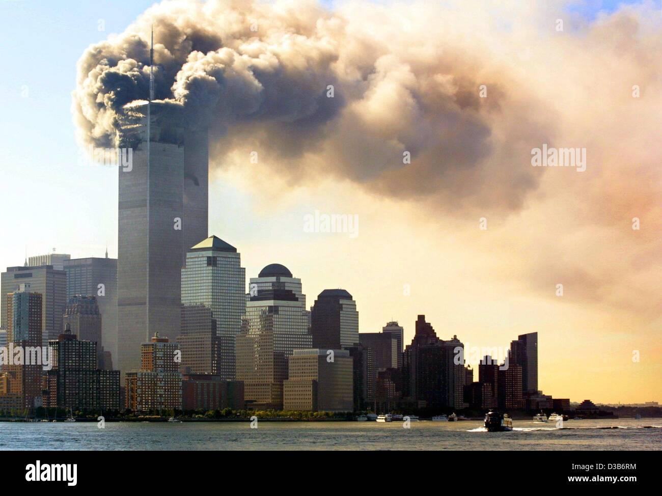 (Dpa) - aumento de nuvens de fumaça da queima andares superiores apenas antes de torres gêmeas do Centro Imagens de Stock