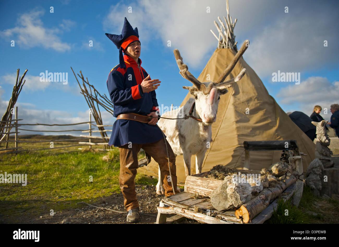 Laplander e tenda no cabo norte Imagens de Stock