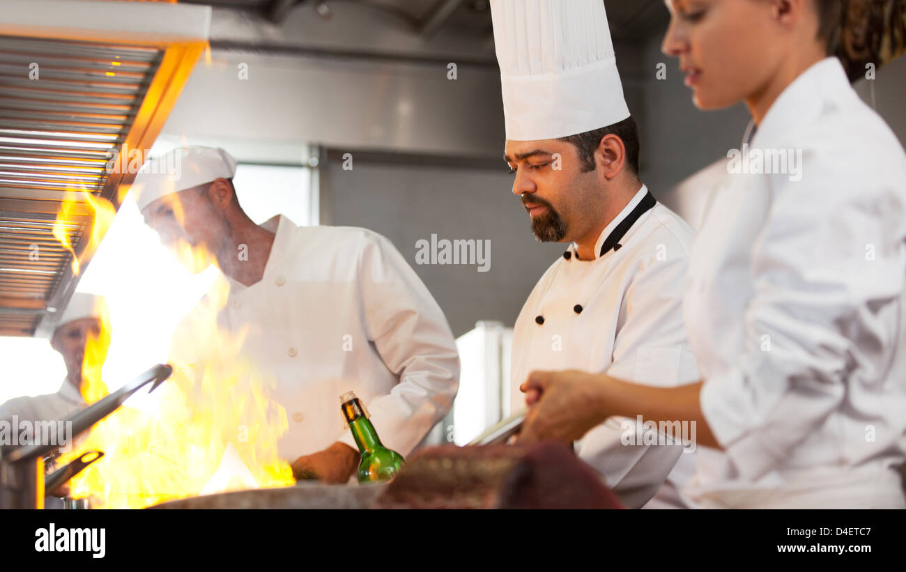 Chefs a cozinhar na cozinha do restaurante Imagens de Stock