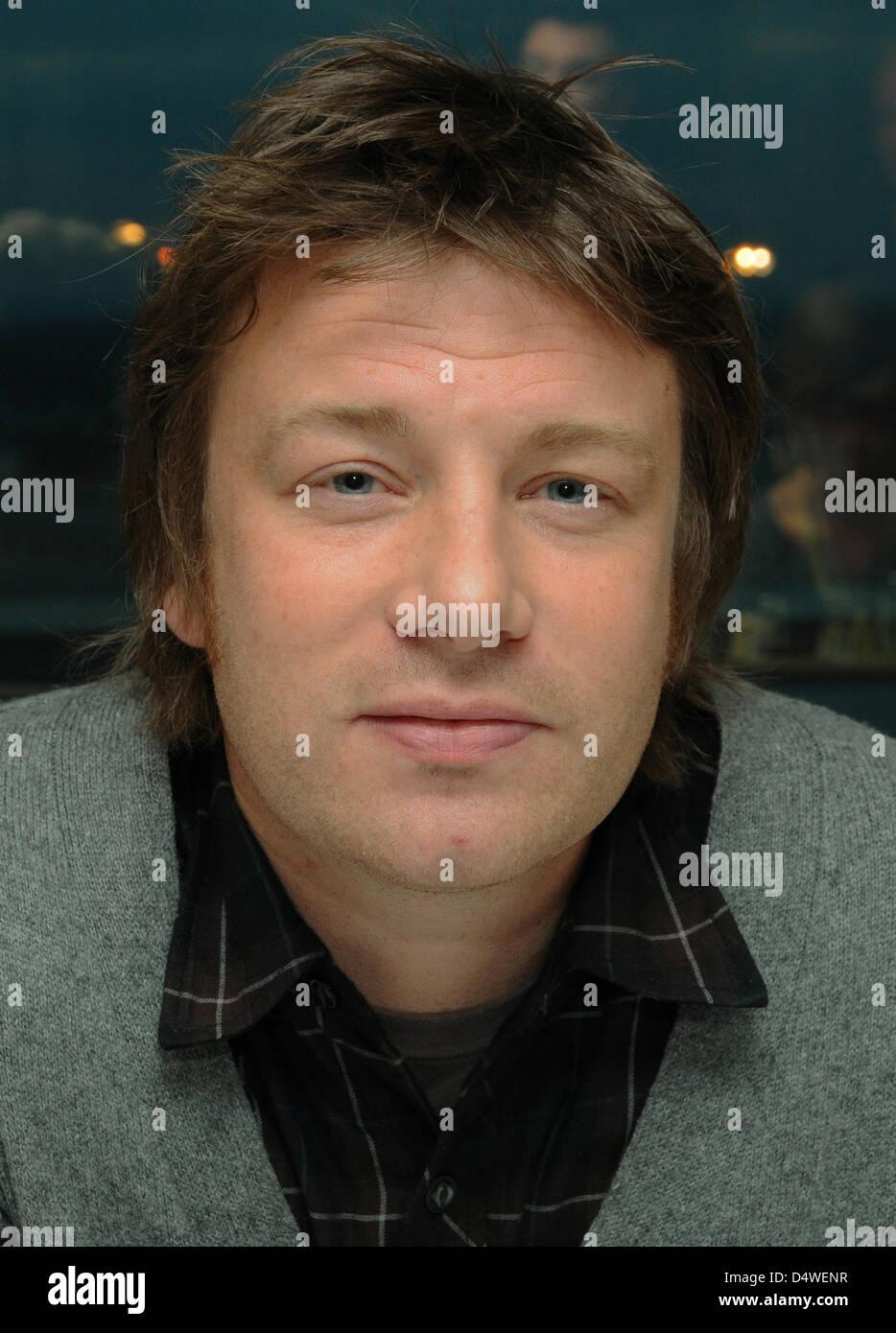Der britische Fernseh-Koch Jamie Oliver posiert am Freitag (26.11.2010) em Düsseldorf bei einer Pressekonferenz. Imagens de Stock
