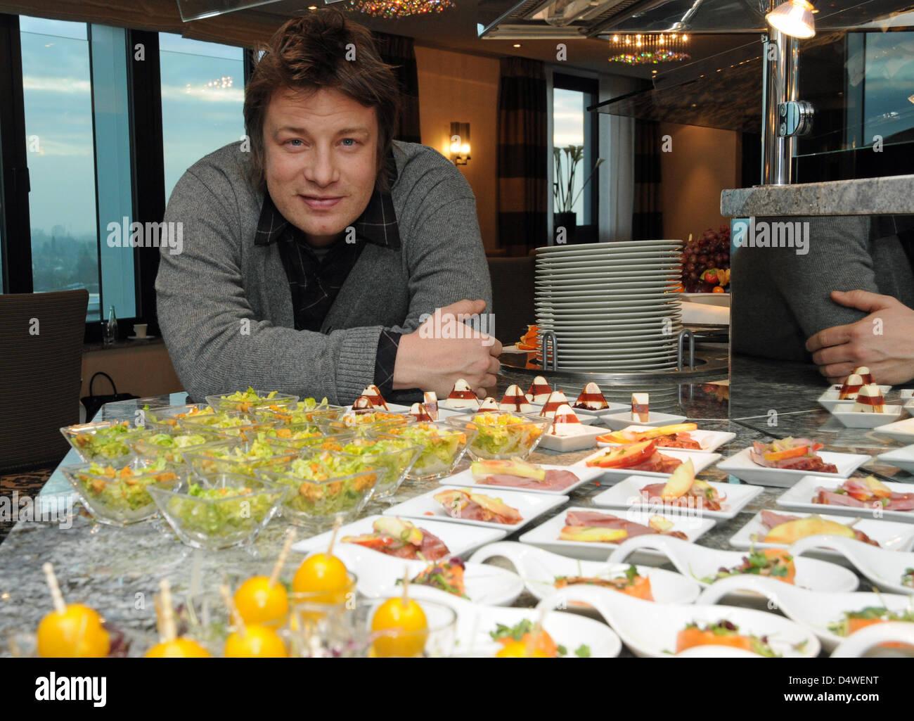 Der britische Fernseh-Koch Jamie Oliver posiert um buffet mit einem Fingerfood am Freitag (26.11.2010) em Düsseldorf Imagens de Stock