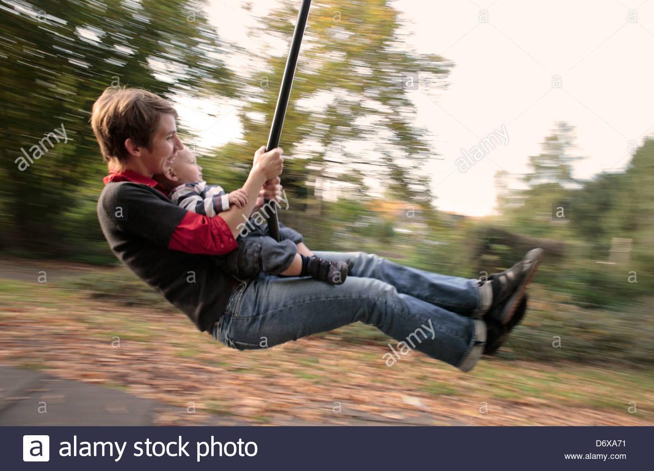 A mãe e o filho em um swing, Sankt Augustin, Alemanha Imagens de Stock