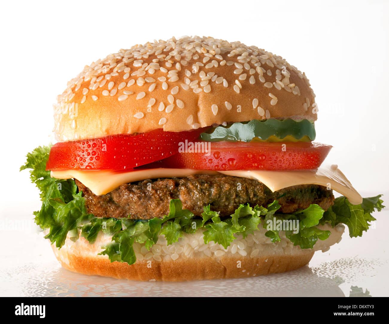 Cheeseburger com tomate Imagens de Stock
