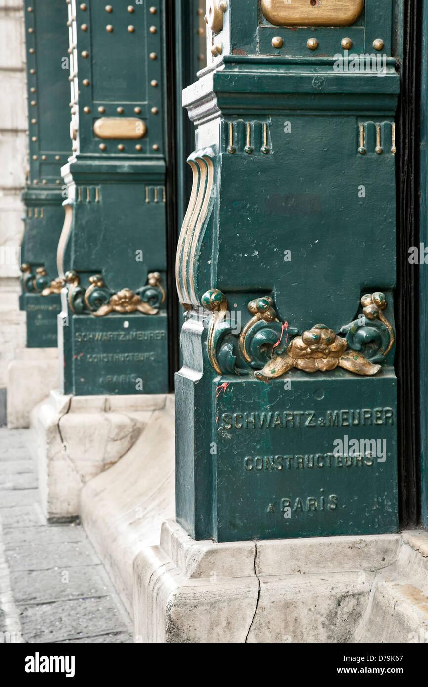 Ferro fundido dourado da base da coluna de estilo francês parisiense fabricados Porfirian Edificio de la Ciudad Imagens de Stock
