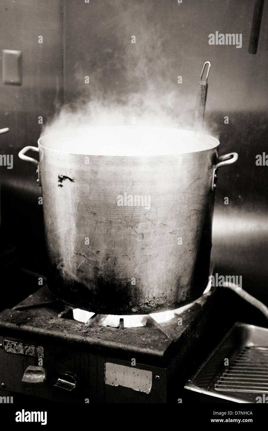 A Ebuli O Caldeir O Pot Em Uma Cozinha Do Restaurante Foto Imagem
