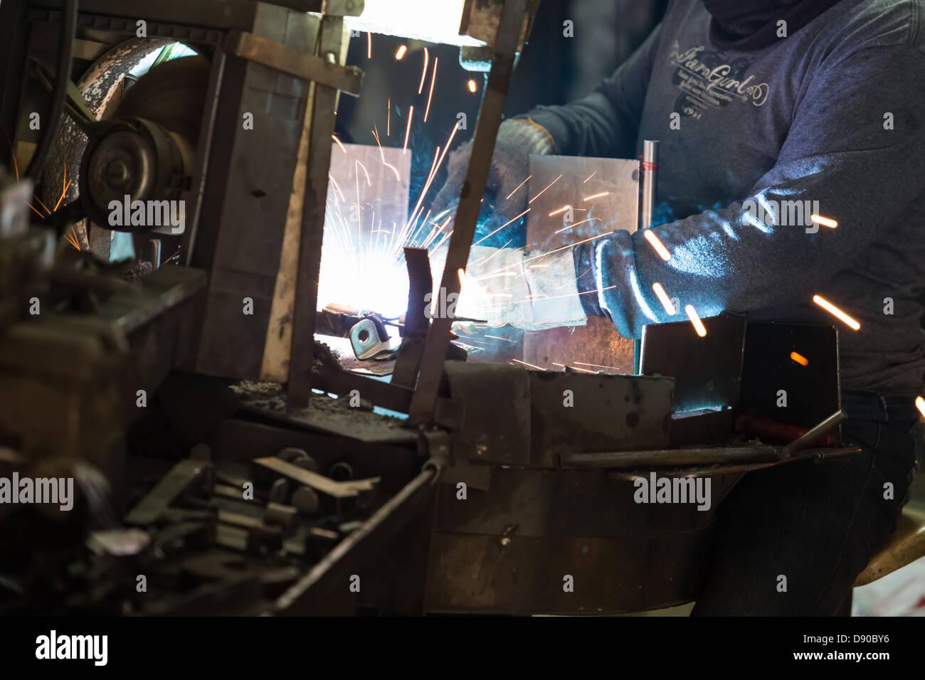 Técnico de soldador na fábrica Imagens de Stock