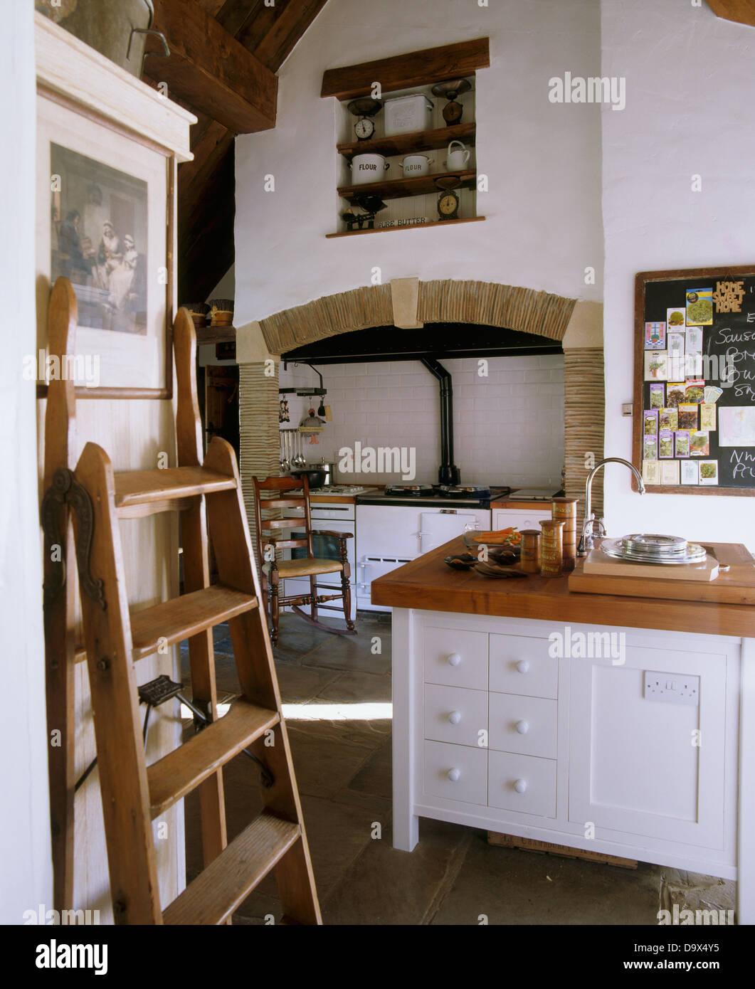 Escada De Madeira Inclinado Contra A Parede Em Alta Cozinha Com