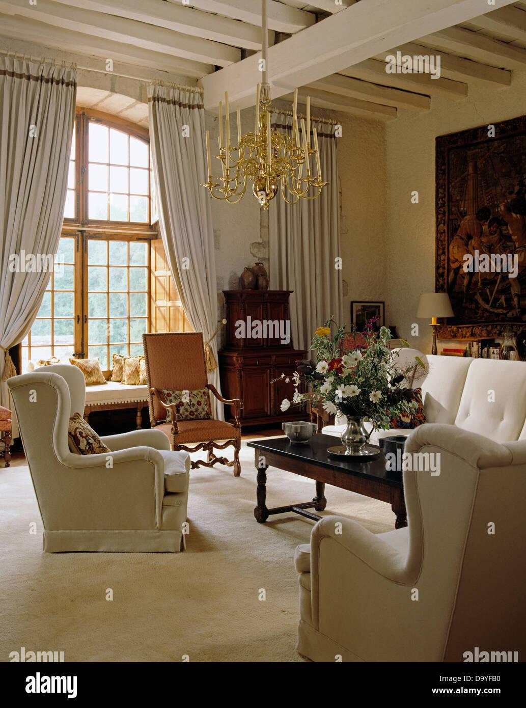 Nata Poltronas E Sof Com Tapete Branco E Vigas Pintados Na Sala De  -> Tapete De Sala Pintado