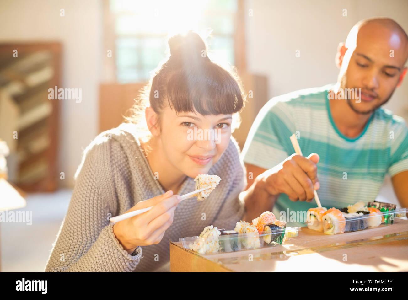 Casal de comer sushi juntos Imagens de Stock