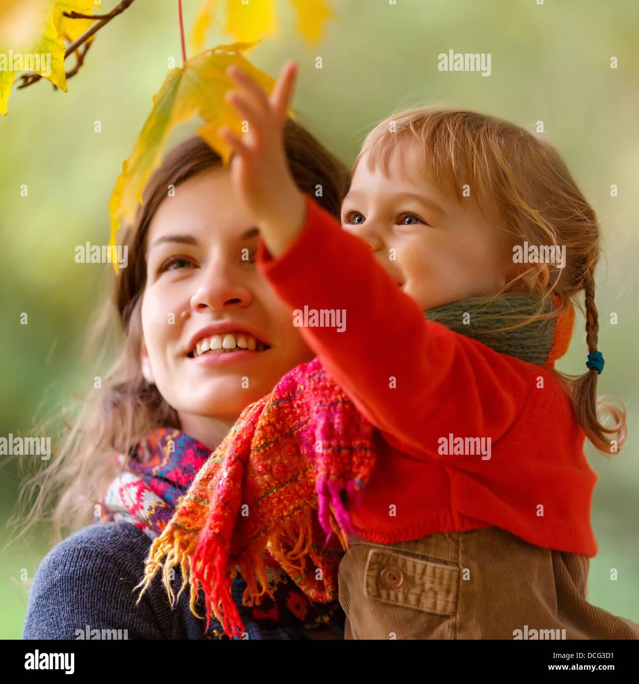 Mãe e filha no parque Imagens de Stock