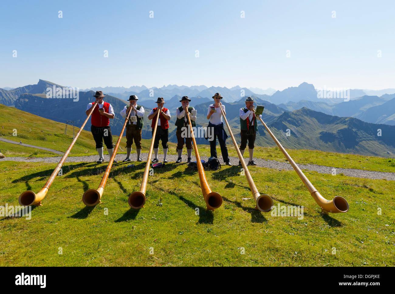 Alphorn jogadores, Diedamskopf, Schoppernau, Bregenzerwald, Bregenzer Wald, Vorarlberg, Áustria Imagens de Stock