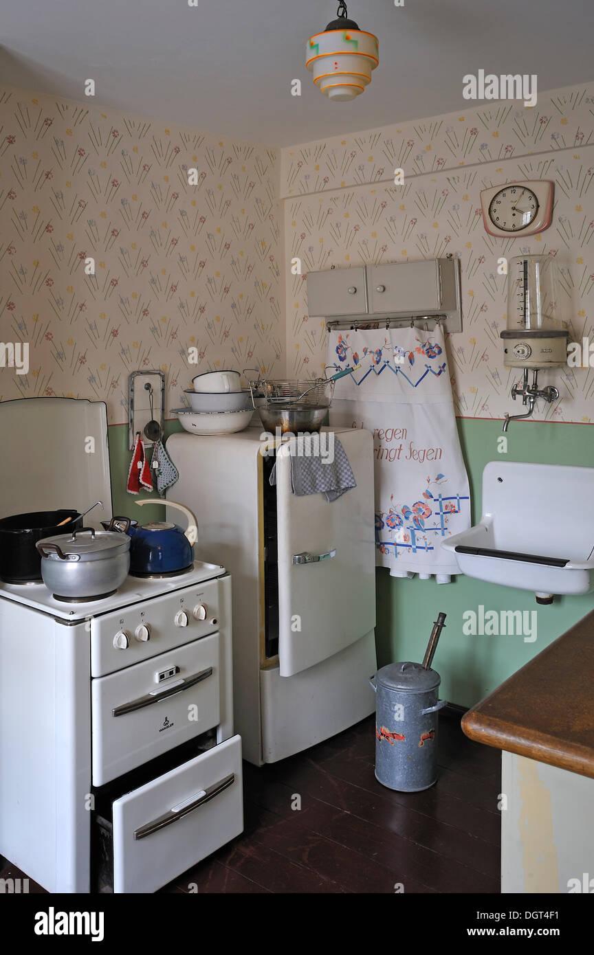 Cozinha Da D Cada Com Um Fog O Um Frigor Fico Um Lavat Rio E Uma