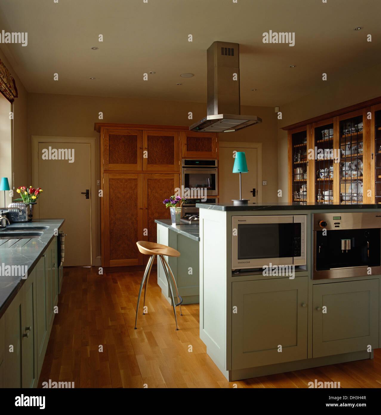 Micro Ondas E Forno Na Unidade De Ilha Na Cozinha Moderna Com