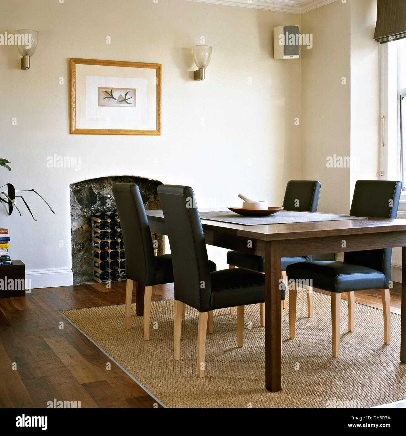 Sisal Tapete Sobre Piso De Madeira Na Moderna Sala De Jantar Com  -> Tapete De Sala Vinho
