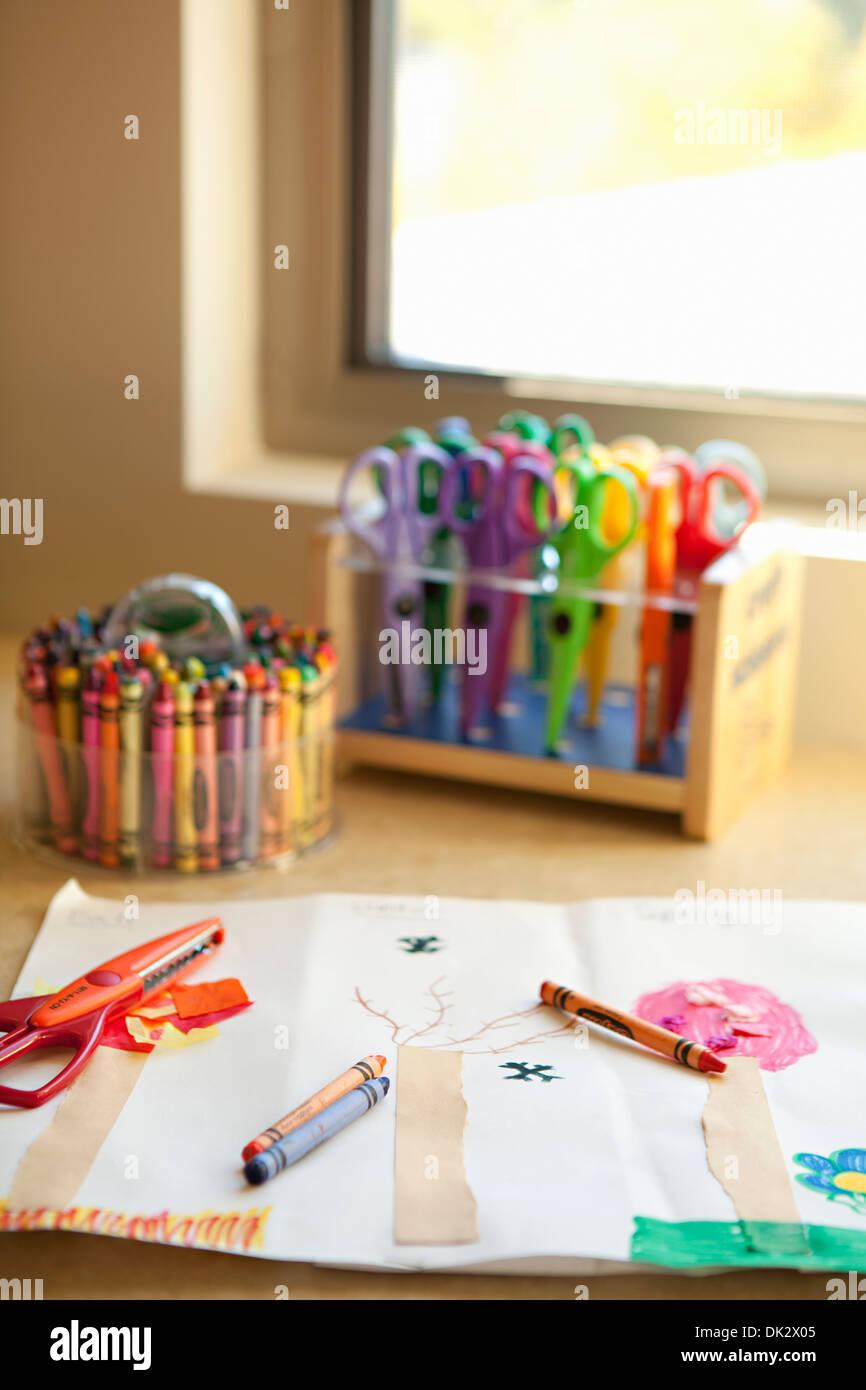 A arte da criança lápis e tesoura no desenho perto da janela Imagens de Stock