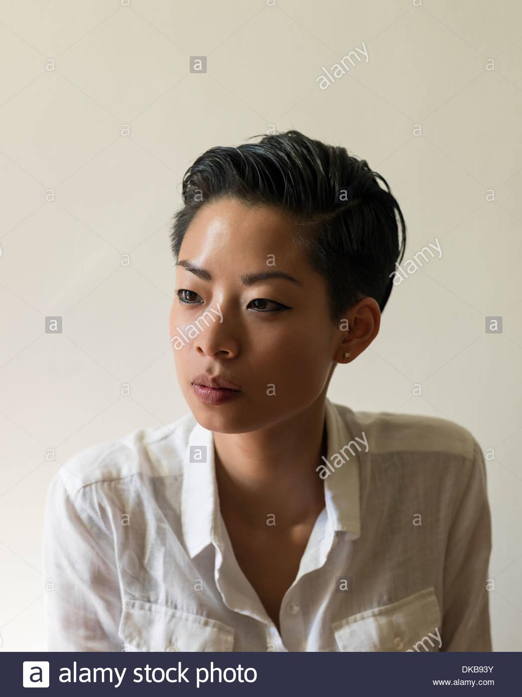 Fotografia de estúdio da jovem mulher com cabelo curto Imagens de Stock
