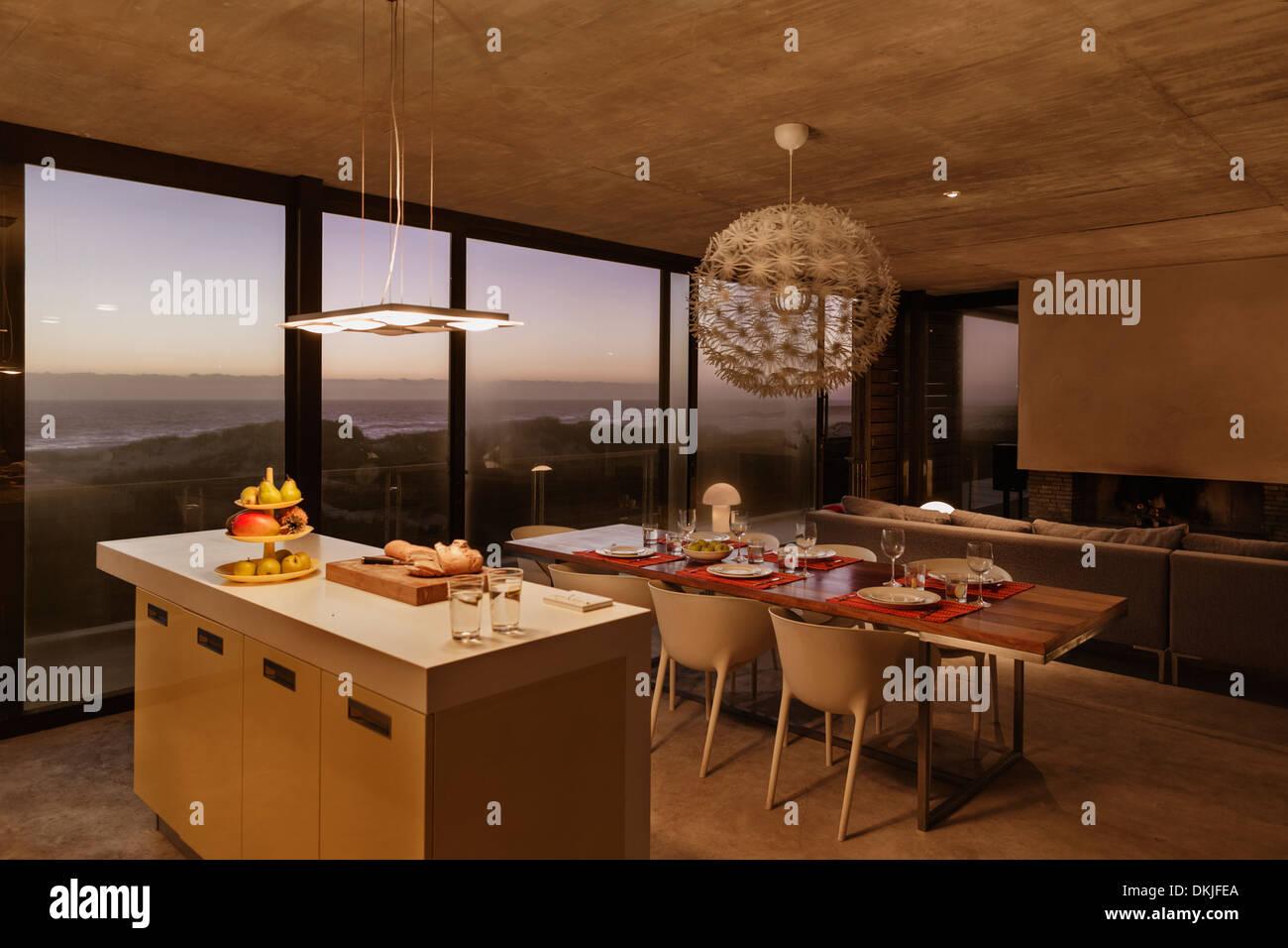 O Pequeno Almo O Bar E Mesa De Jantar Na Cozinha Moderna Com Vista