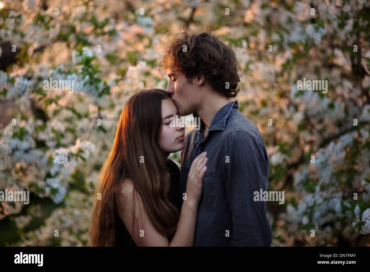 Jovem casal no amor de beijar com os olhos fechados Imagens de Stock
