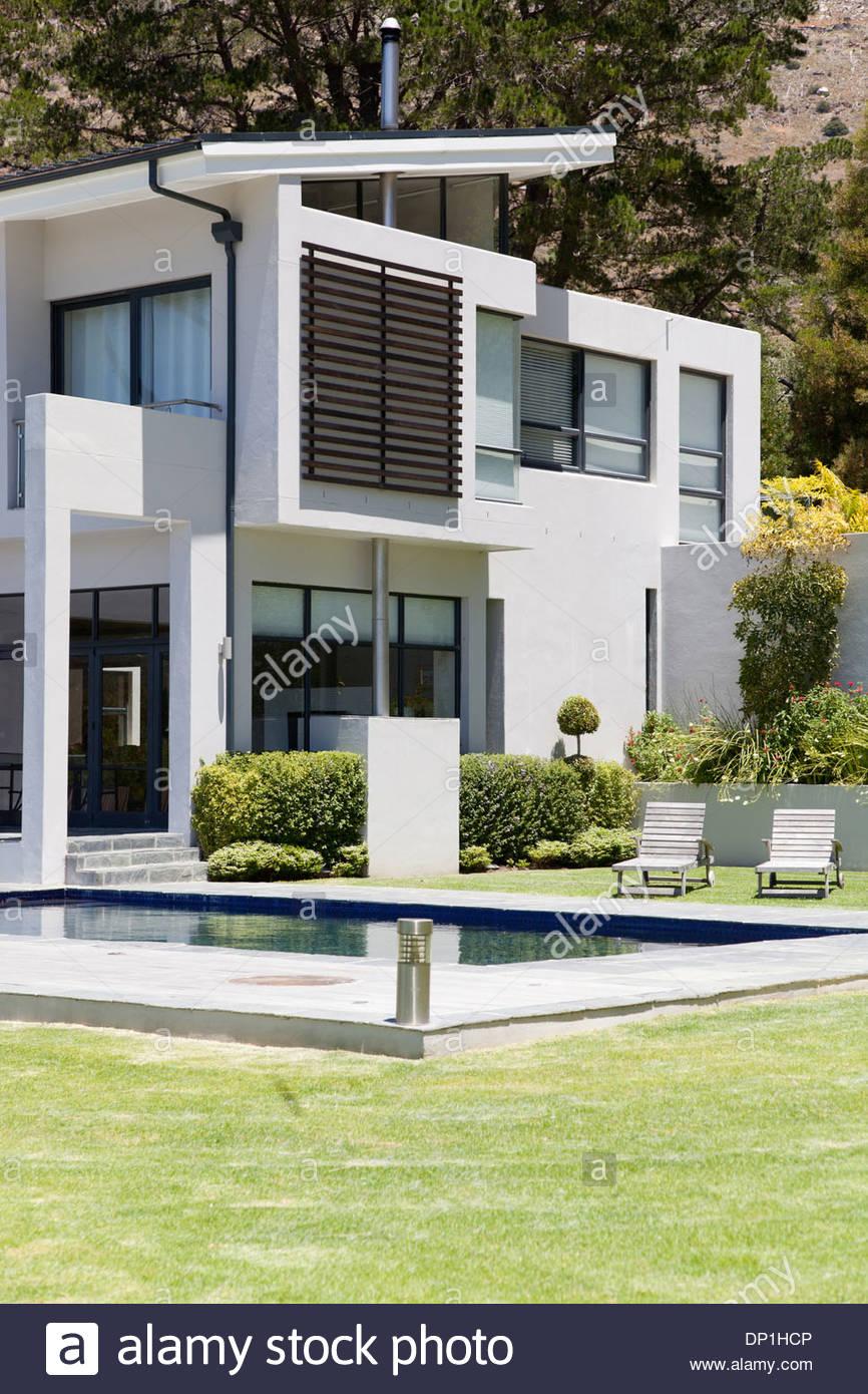 Casa moderna com piscina Imagens de Stock