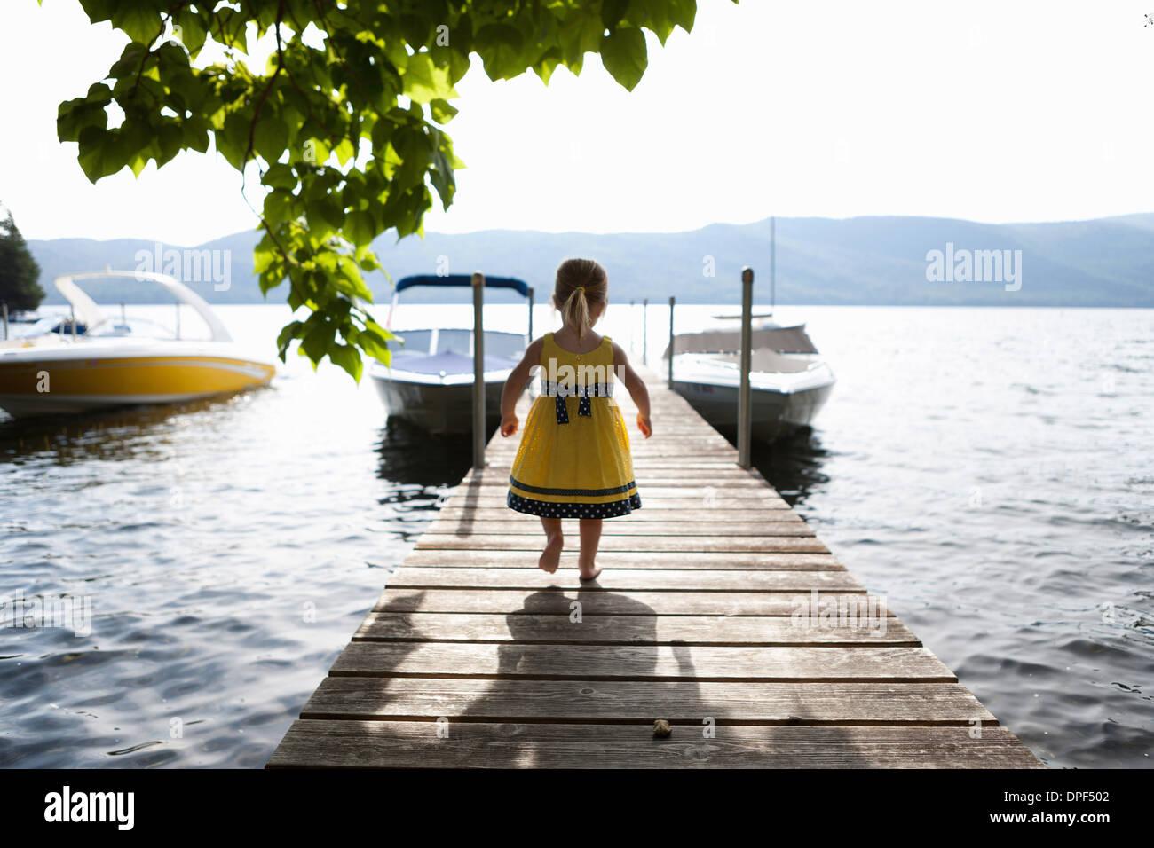 Crianças do sexo feminino explorar pier, Silver Bay, Nova Iorque, ESTADOS UNIDOS DA AMÉRICA Imagens de Stock