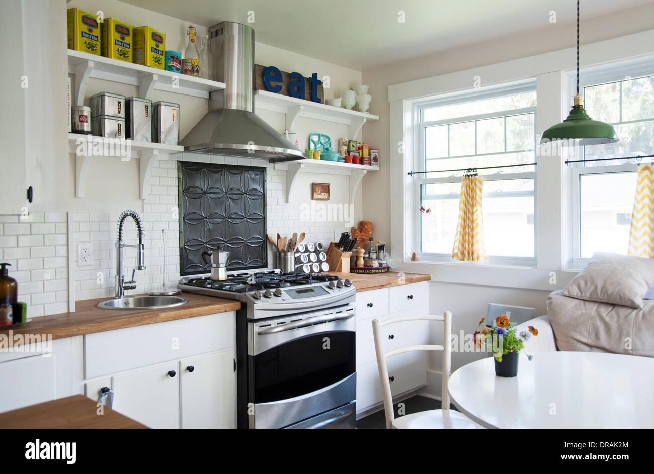Luminoso e confortável estilo country cozinha Imagens de Stock