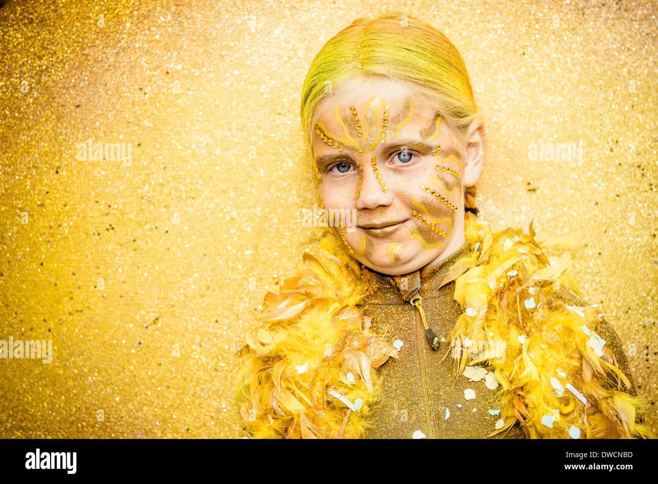Sitges, Espanha. 4 de Março de 2014: Uma garota em um traje de fantasia danças durante o desfile de carnaval Imagens de Stock