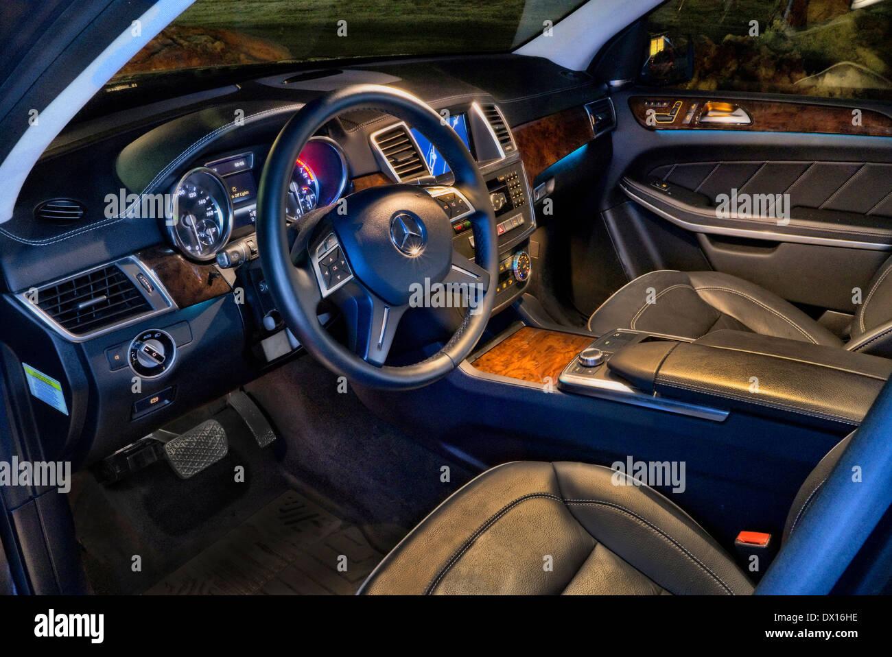 O Interior De Um 2014 Jaguar XJ Tricorpo à Noite