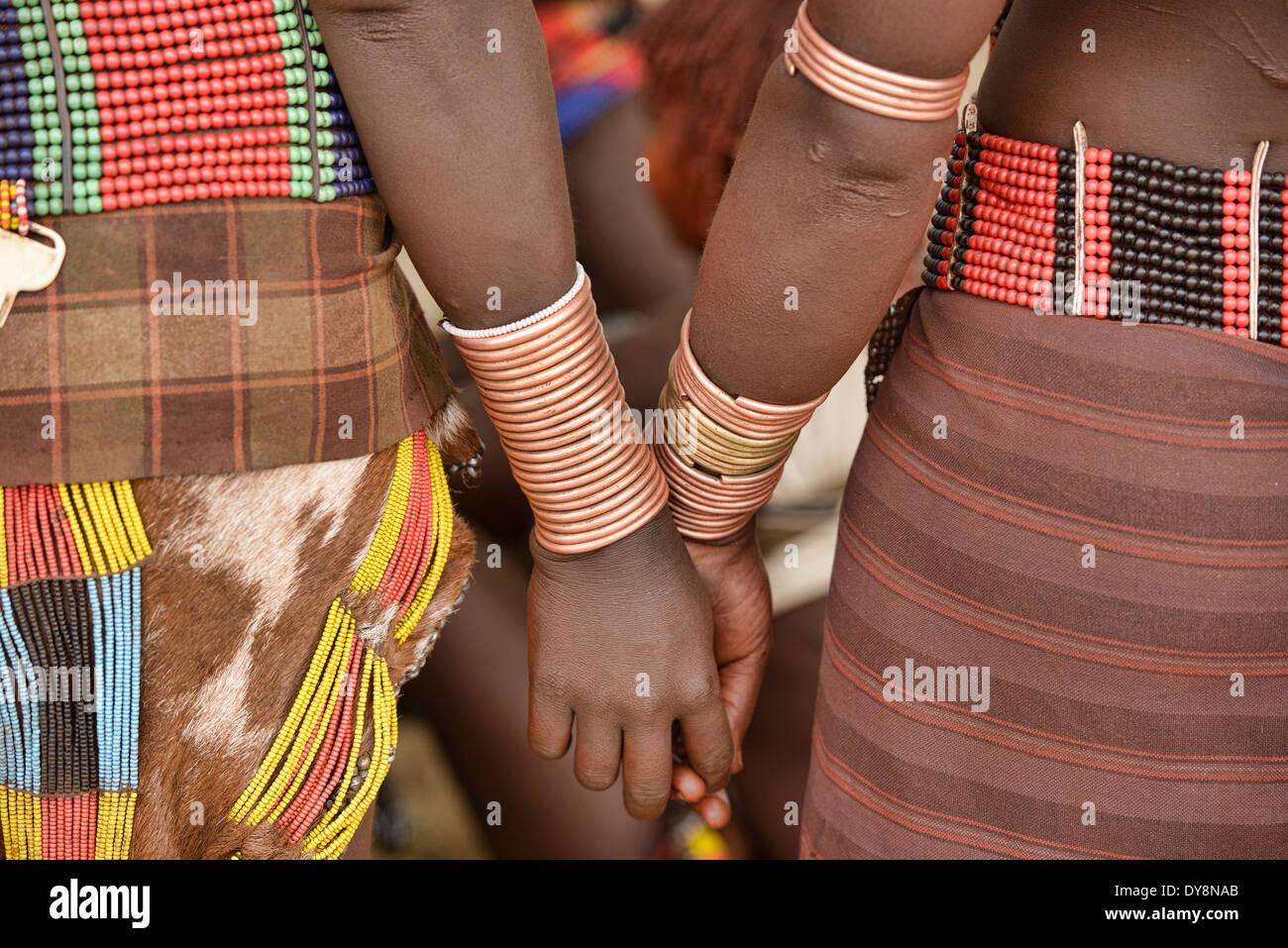 Hamer mulheres com pulseiras em um touro pulando perto Turmi cerimônia no vale do Omo, Etiópia Imagens de Stock