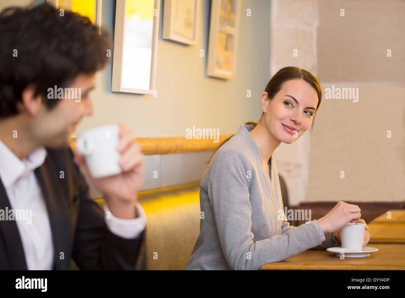 Mulher homem sorridente restaurante amor data Imagens de Stock
