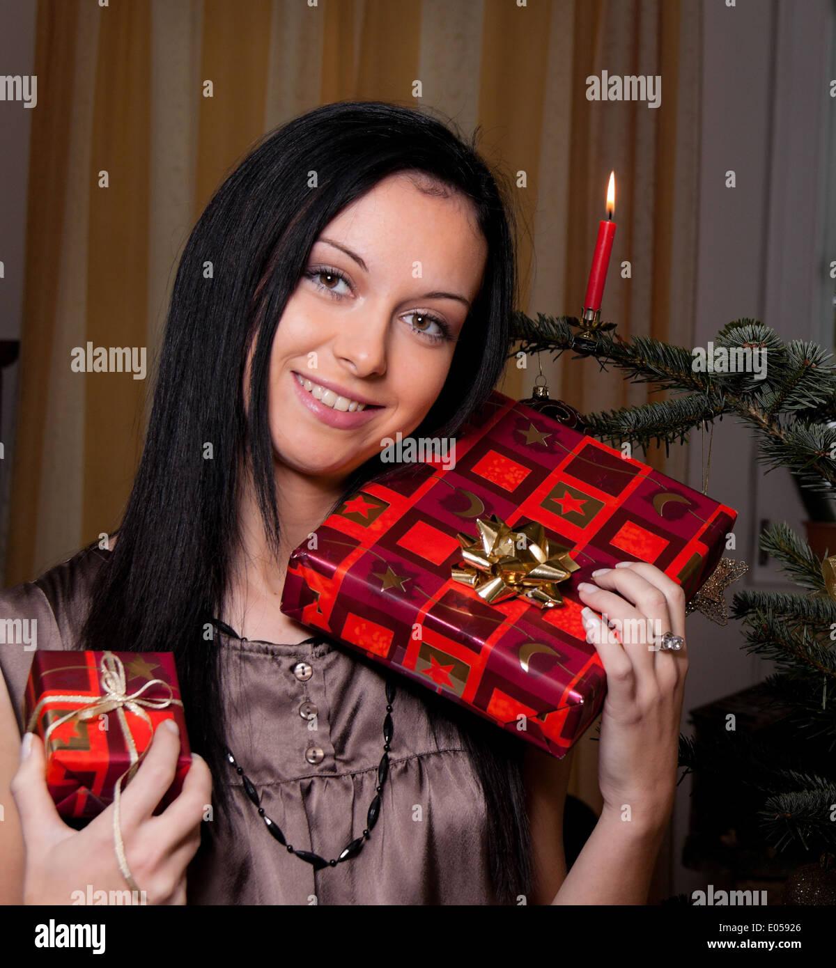 Mulher jovem com presentes de Natal, Junge Frau mit Weihnachtsgeschenken Imagens de Stock