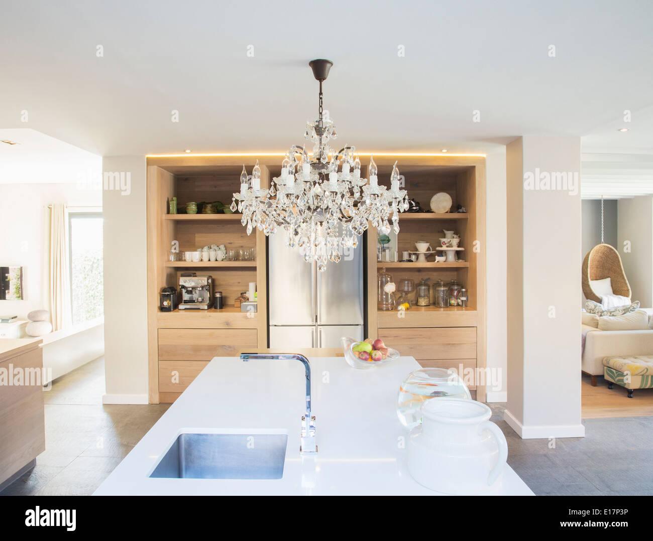 Lustre Paira Sobre A Ilha De Cozinha De Luxo Foto Imagem De Stock