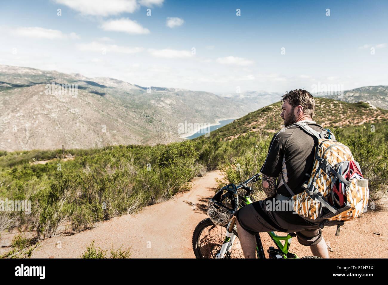 Downhill mountain biker olhando para visualizar Imagens de Stock