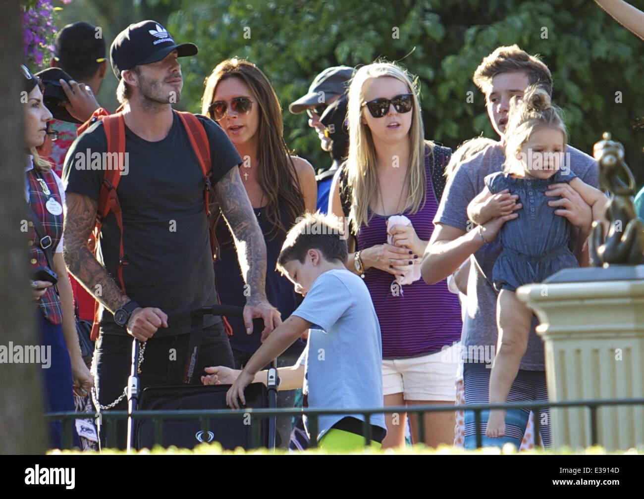 David e Victoria Beckham passar tempo de qualidade com seus filhos na Disneyland. A famosa família passou muito Imagens de Stock