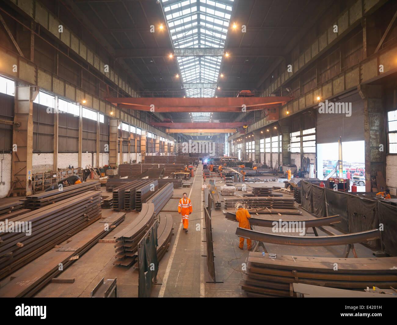 Visão geral dos trabalhadores na fábrica de fabricação marinho Imagens de Stock